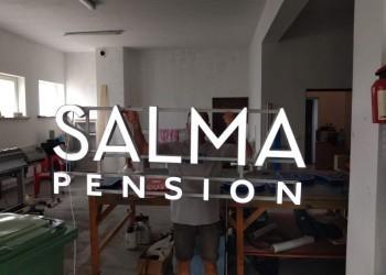 szyld Salma Pension wtrakcie produkcji