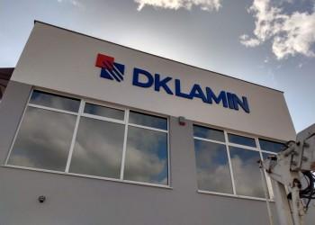 szyld DK Lamin naelewacji budynku
