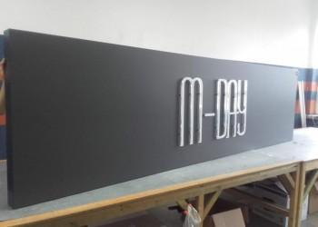 szyld M-DAY wtrakcie produkcji