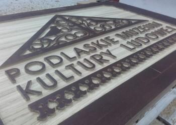 drewniany szyld Podlaskiego Muzeum Kultury Ludowej