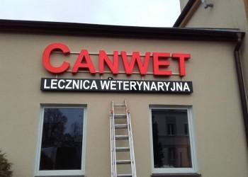 szyld Canwet lecznica weterynaryjna naelewacji