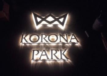 świecący nocą szyld Korona Park