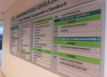 tablica informacyjna wPaństwowej Wyższej Szkole Zawodowej