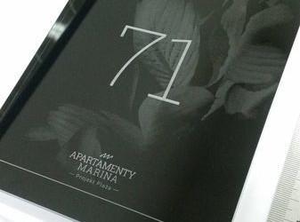 tabliczka znumerem dla apartamentów marina 6