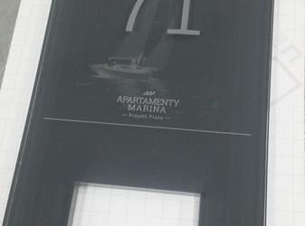tabliczka znumerem dla apartamentów marina 5