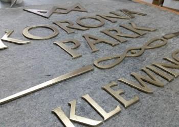 szyld Korona Park wtrakcie produkcji