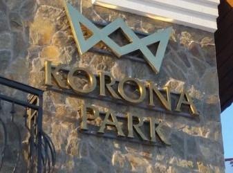 szyld Korona Park naelewacji budynku