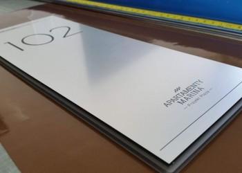 tabliczka znumerem dla apartamentów marina