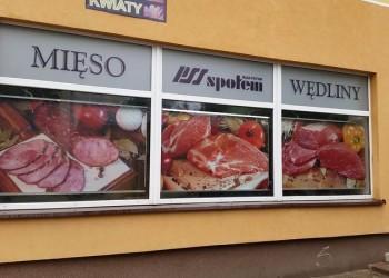 szyldy woknach sklepu mięsnego